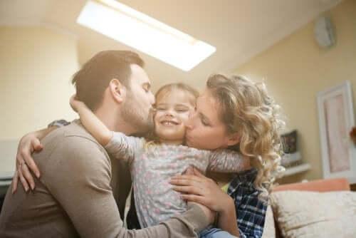 Une petite fille entourée de ses parents
