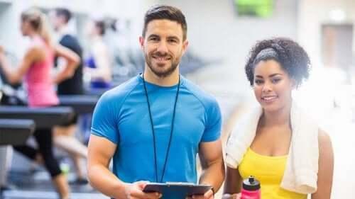 Un psychologue du sport et une femme qui veut s'entraîner