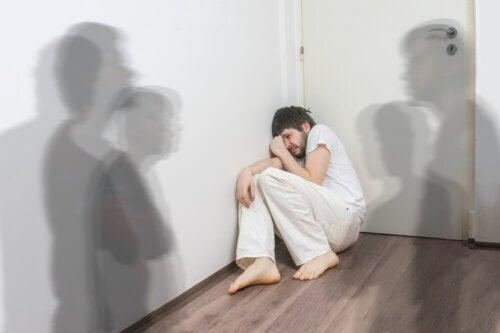 Un patient schizophrène avec des hallucinations ayant besoin d'olanzapine