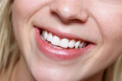 Se blanchir les dents au moyen de solutions naturelles