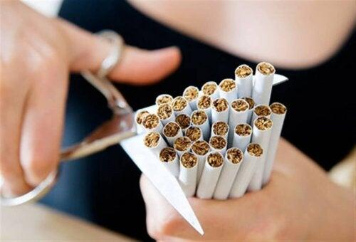 Une femme qui découpe un ensemble de cigarettes.