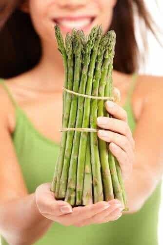 Pourquoi les asperges donnent une odeur forte à l'urine ?