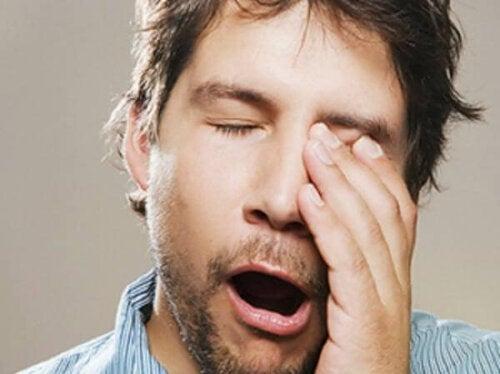 Un homme manquant d'heures de sommeil