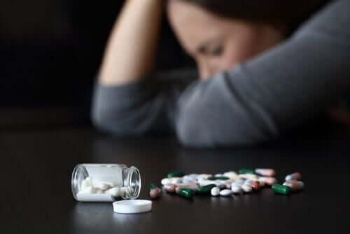 Une femme prenant des médicaments provoquant la somnolence