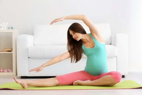 Une femme enceinte qui fait de l'exercice physique pour dissiper les douleurs osseuses
