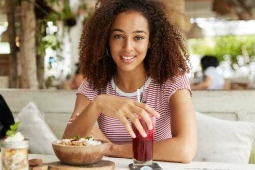 Une femme mangeant un smoothie bowl