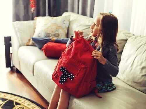 Une fillette préparant son sac d'école