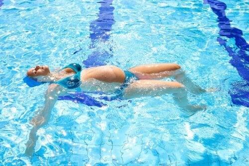 La natation est un très bon sport pendant la grossesse