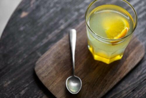 Un verre d'eau avec du jus de citron pour prendre soin de votre santé intestinale