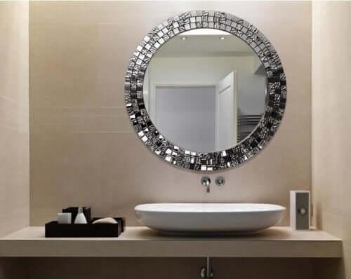 Le sèche-cheveux permet de nettoyer un miroir embué