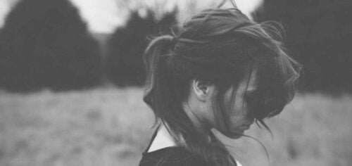 Une femme tentant de se pardonner à elle-même