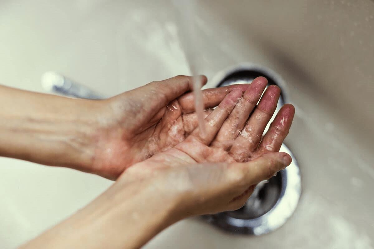 Une personne qui se lave les mains pour éliminer les germes