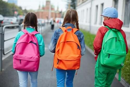 Des enfants portant des sacs d'école