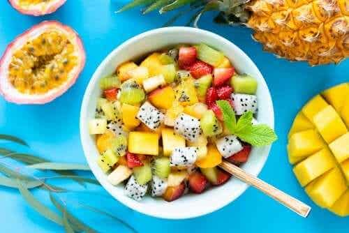 6 recettes de salades aux fruits et herbes sauvages