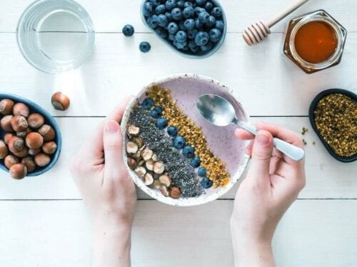 Un smoothie bowl aux mûres et au muesli