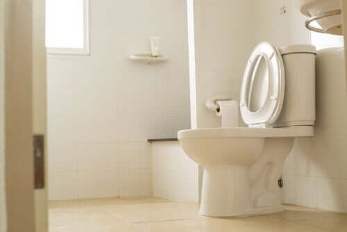 Est-il possible d'attraper des germes dans les toilettes publiques ?