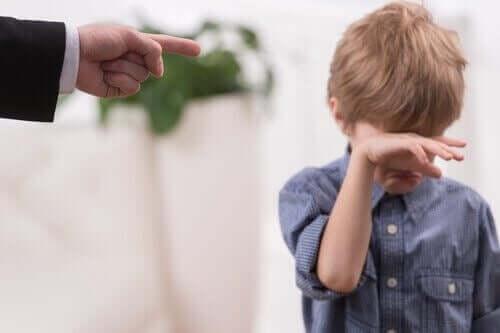 Un parent gronde son enfant qui pleure.