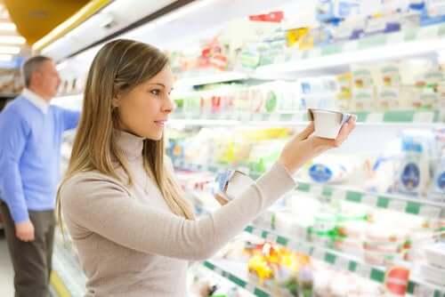 Une femme achetant au supermarché: régime végétarien