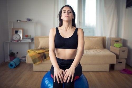 Une femme qui fait des exercices de respiration pour améliorer son sommeil