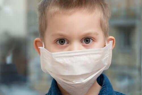 Un enfant avec un masque qui le protège du COVID-19