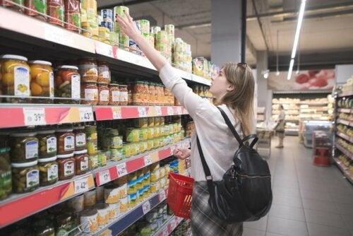 Une femme qui fait ses courses pendant la période de quarantaine