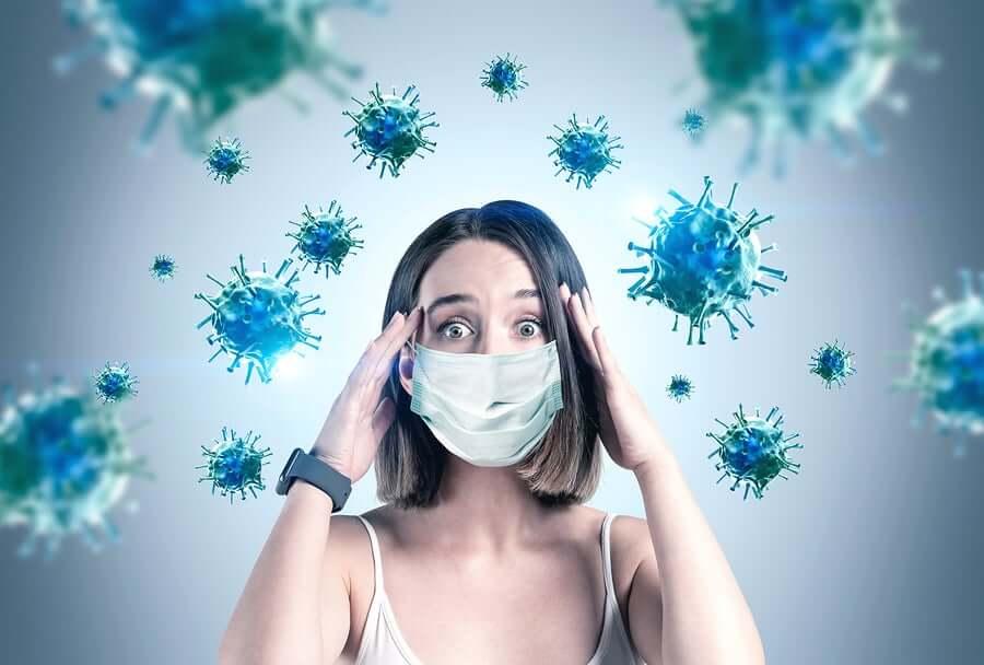 Une femme entourée de virus pendant la pandémie
