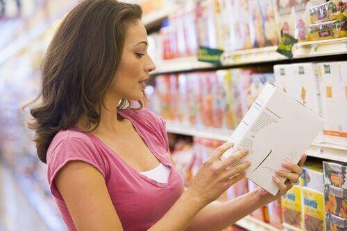 Une femme qui suit un régime sans gluten