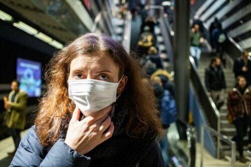 Une femme portant un masque de protection sur son visage