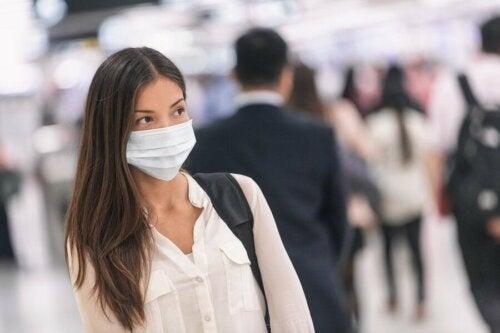 Une femme qui porte un masque de protection contre les virus