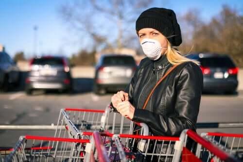 Une femme faisant ses courses en portant un masque