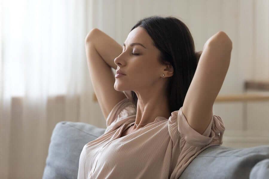 Une femme qui médite en pratiquant des techniques de relaxation