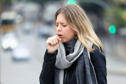 Une femme qui tousse touchée par le coronavirus