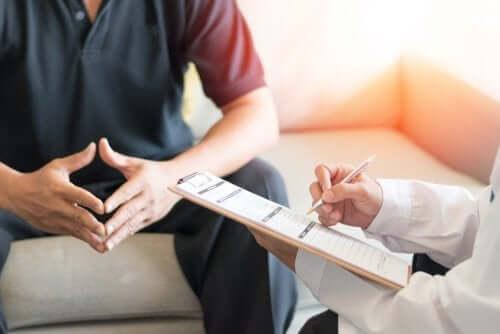 Un homme en consultation médicale pour traiter le syndrome de la maladie post-orgasmique