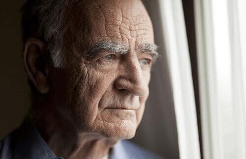 Un homme inquiet à sa fenêtre