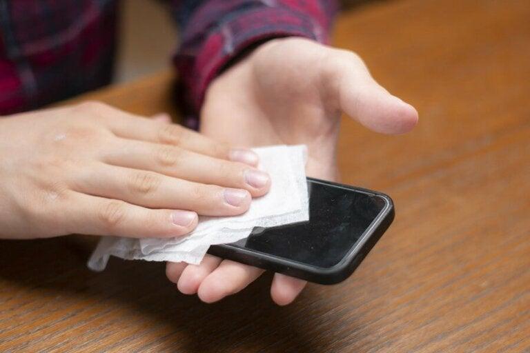 Comment nettoyer son téléphone pour prévenir la contamination par le coronavirus