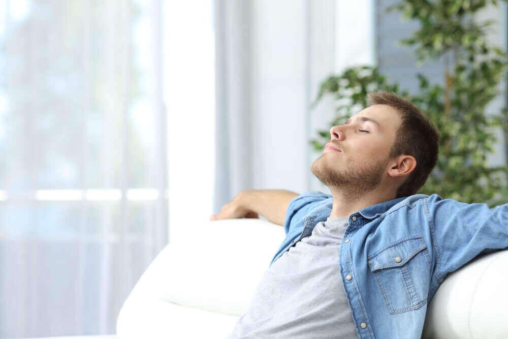 Un homme se détend grâce à des techniques de relaxatio