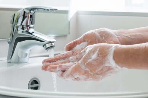 Le lavage des mains fait partie des mesures préventives à adopter contre le COVID-19