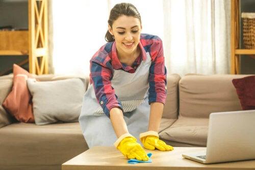 Une femme qui fait le ménage pour désinfecter la maison