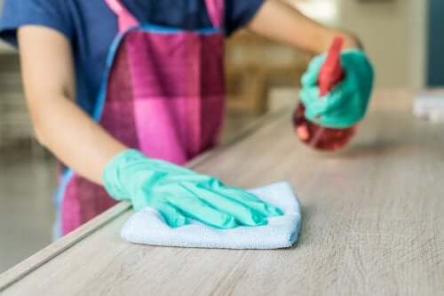 Une personne utilisant son propre nettoyant pour meubles
