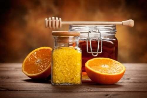 Un pot de confiture d'agrumes à l'orange