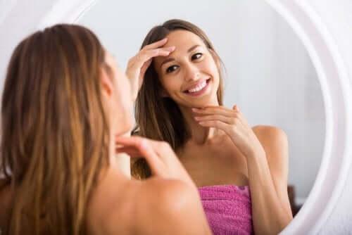 Une femme devant son miroir qui vient de se démaquiller