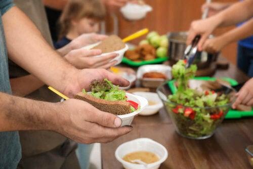 Des personnes portant des repas
