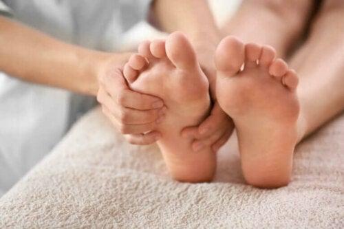 Comment traiter les ongles noirs des orteils ?
