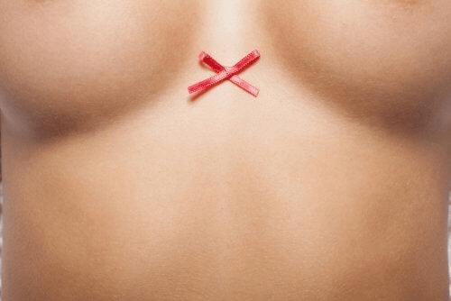 La poitrine d'une femme avec un noeud