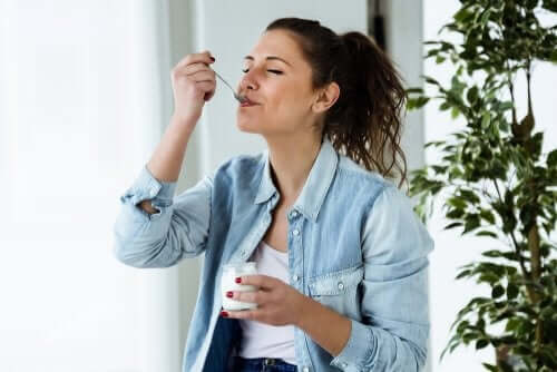 Une femme mangeant du yaourt sain