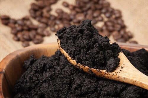 Le marc de café fait partie des matériaux réutilisables
