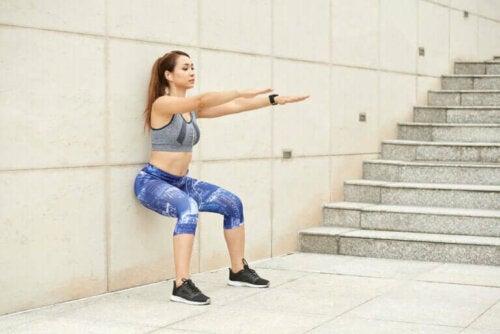 Faire des squats contre un mur pour rester en forme sans quitter la maison