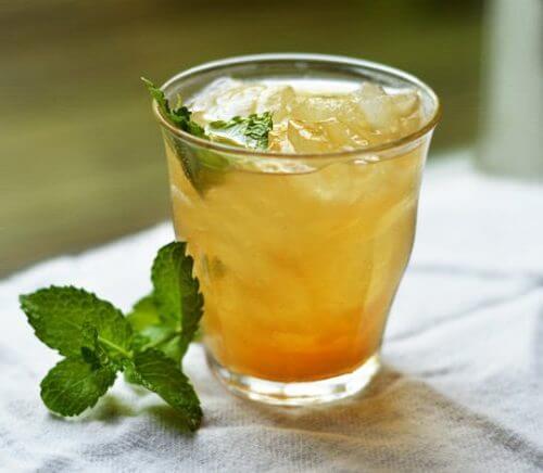 Un verre de thé froid à l'orange et à la cannelle