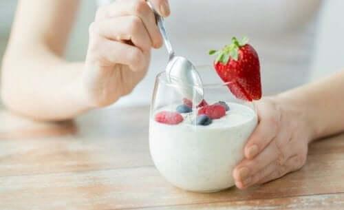 Un yaourt sain avec des fruits rouges