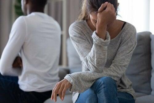 Un couple fâché à cause de micro-infidélités